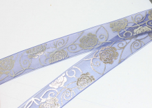 Органза с розами серебро, 25 мм, синяя